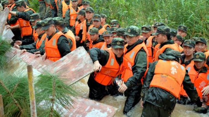 Lực lượng cảnh sát được huy động hết mức để khắc phục hậu quả mưa bão ở Nam Kinh. Ảnh: REUTERS