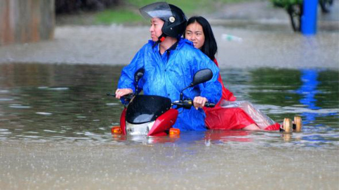 Người dân tỉnh Giang Tây cũng chịu ảnh hưởng bởi đợt mưa bão nàyẢnh: AP