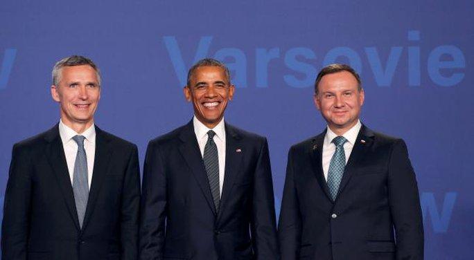 Tổng thống Mỹ Barack Obama (giữa) cùng Tổng thống Ba Lan Andrzej Duda (phải) và Tổng thư ký NATO Jens Stoltenberg hôm 8-7. Ảnh: Reuters