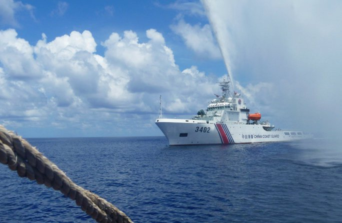 Tàu Trung Quốc xuất hiện gần bãi cạn Scarborough Ảnh: AP