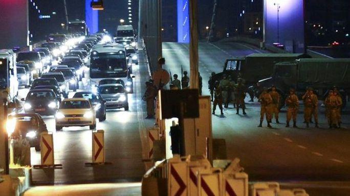 Nhóm đảo chính tuyên bố kiểm soát đất nước và triển khai binh lính ở những vị trí chiến lược ở TP Istanbul. Ảnh: REUTERS