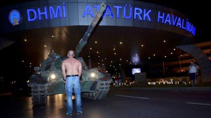 Một người đứng trước đầu xe tăng ở Istanbul để phản đối đảo chính. Ảnh: REUTERS