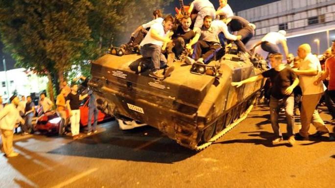 Người dân hạ gục một xe tăng ở Ankara. Ảnh: EPA