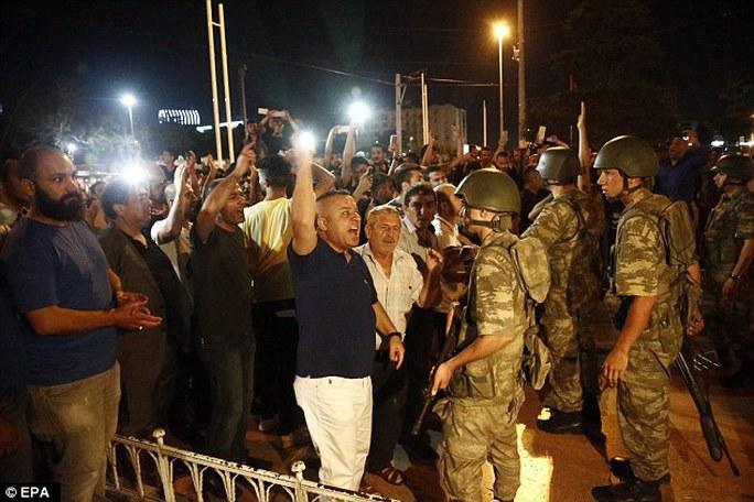 Những người ủng hộ Tổng thống Recep Tayyip Erdogan hét to các khảu hiệu trước binh lính ở quảng trường Taksim. Ảnh: EPA