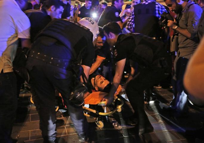 Một người bị thương khi binh lính nổ súng giải tán đám đông ở Quảng trường Taksim. Ảnh: APIstanbuls Taksim square, early Saturday, July 16, 201...