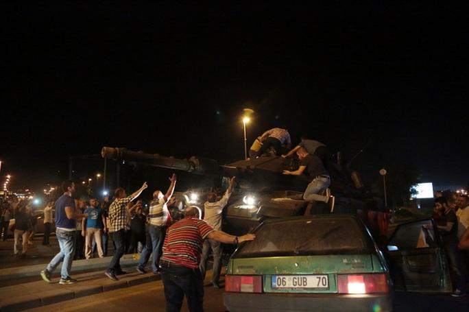 Người dân cố ngăn cản xe tăng ở Ankara. Ảnh: AP