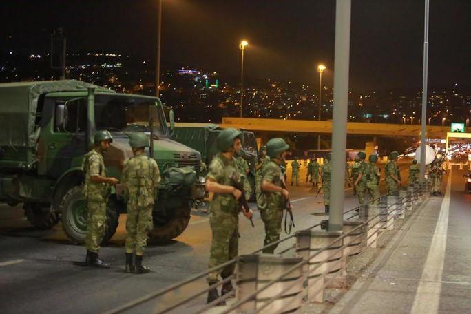 Quân đội Thổ Nhĩ Kỳ phong tỏa cầu Bosphorus ở Istanbul. Ảnh: REUTERS