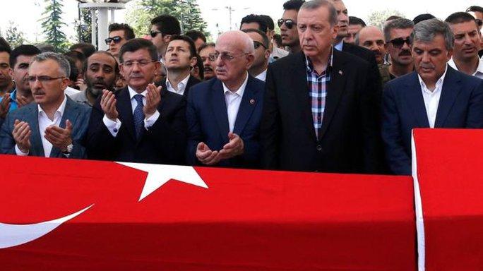 Tổng thống Tayyip Erdogan (thứ 2 từ phải qua) tham dự tang lễ những người thiệt mang trong âm mưu đảo chính bất thành hôm 17-7 tại Ankara Ảnh: EPA
