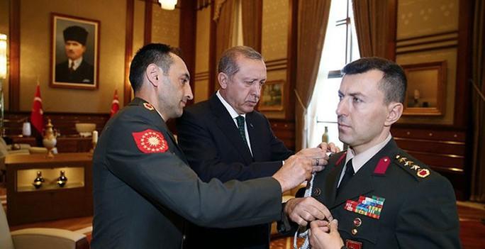 Đại tá Ali Yazici, trợ lý quân sự thân cận của Tổng thống Erdogan (bìa phải) Ảnh: INDIGODERGISI.COM