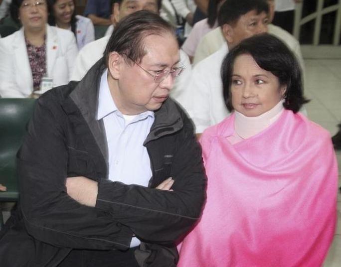 Cựu Tổng thống Gloria Macapagal Arroyo cùng chồng vào năm 2012. Ảnh: REUTERS