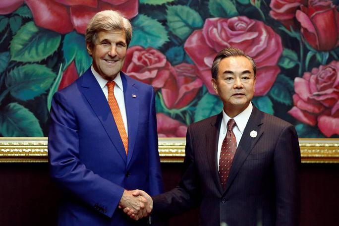 Ngoại trưởng Mỹ John Kerry gặp người đồng cấp Trung Quốc Vương Nghị bên lề hội nghị tại Lào. Ảnh: REUTERS