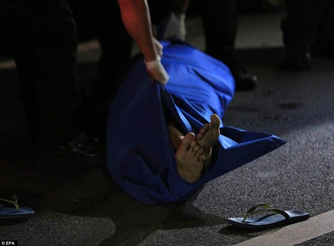 Xác của một nghi phạm ma túy ở TP Pasay Ảnh: EPA