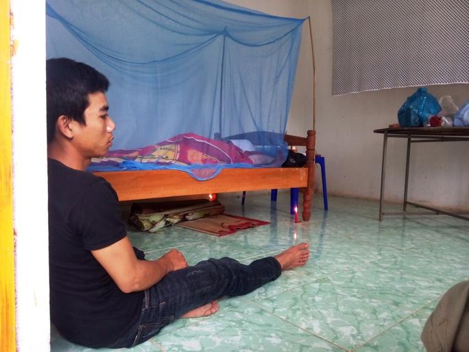 Anh Khang, chồng chị Luận thẫn thờ trước cái chết đột ngột của vợ.