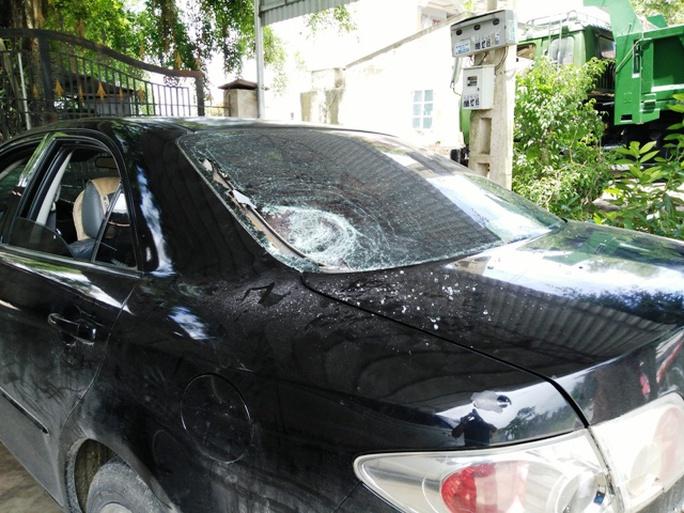 Xe ô tô bị đập nát kính, chém vào gương và thân xe