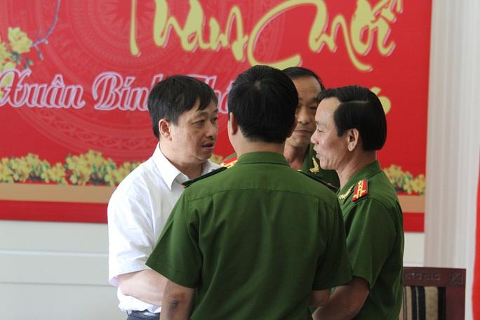 Ông Đặng Việt Dũng động viên, khen thưởng lực lượng công an