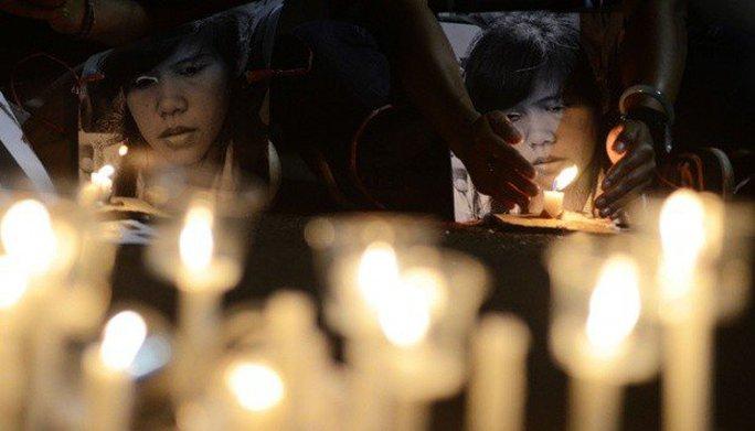 Các nhà hoạt động đốt nến cầu nguyện cho tử tù Mary Jane Veloso ở Jakarta hồi năm ngoái. Ảnh: TEMPO