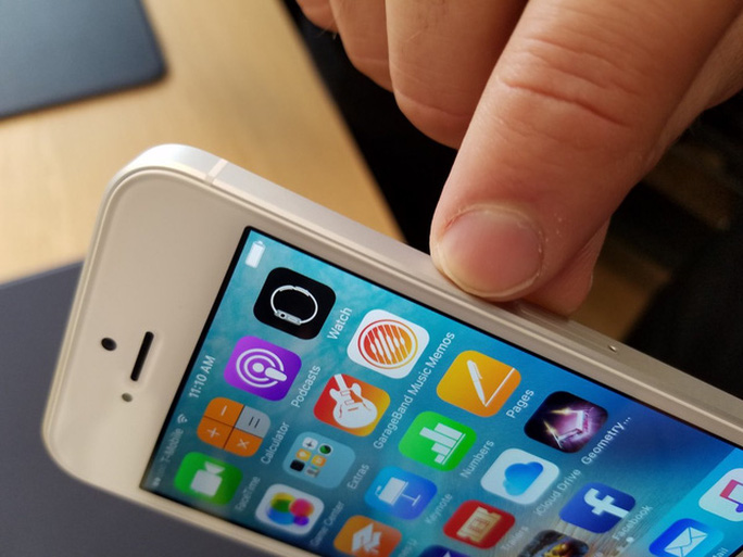 Viền kim loại trên iPhone SE được làm nhám, khác hẳn với iPhone 5s được làm bóng sẽ phản chiếu dưới ánh sáng.
