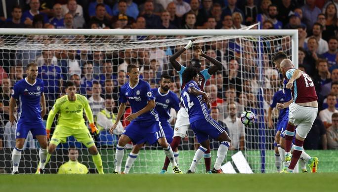 Tuy nhiên, James Collins cũng có khoảnh khắc khiến Chelsea thót tim khi gỡ hòa 1-1 sau một tình huống lộn xộn trước khung thành