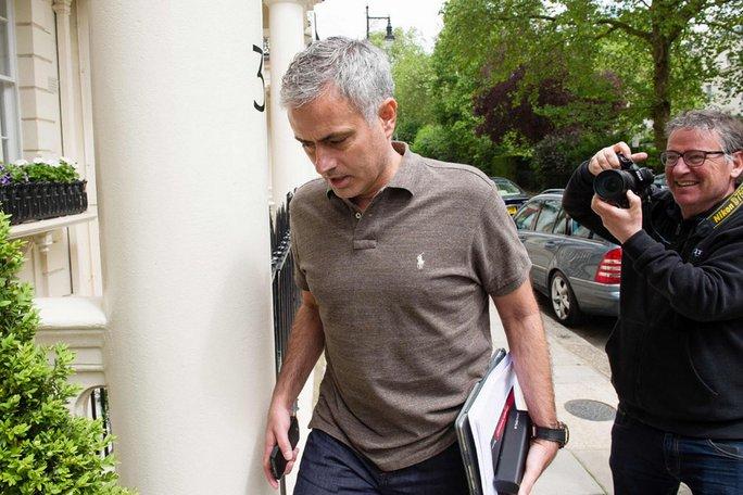 HLV Mourinho được cánh phóng viên vây quanh mỗi lần ra khỏi nhà