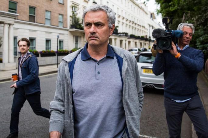 Mourinho vẫn ở lại London trong thời qua nhằm thương thảo hợp đồng với M.U