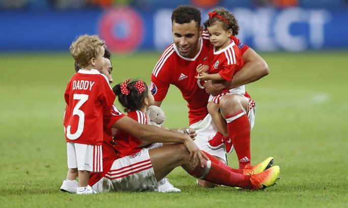 Các cầu thủ Xứ Wales phản đối lệnh cấm cho con trẻ xuống sân ăn mừng của UEFA