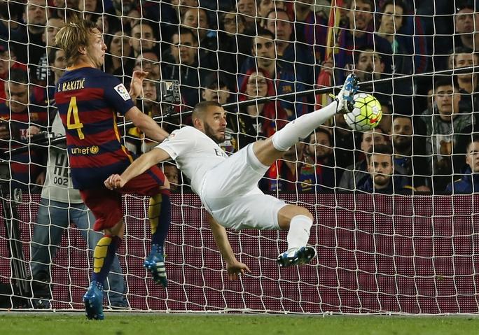 Tuy nhiên, niềm vui của đội chủ nhà không kéo dài khi Benzema gỡ hòa cho Real với pha ngả bàn đèn rất đẹp mắt