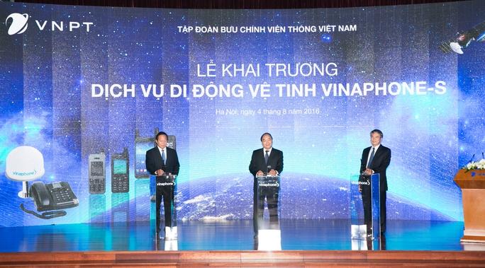 Thủ tướng Nguyễn Xuân Phúc bấm nút khai trương dịch vụ di động vệ tinh VinaPhone-S