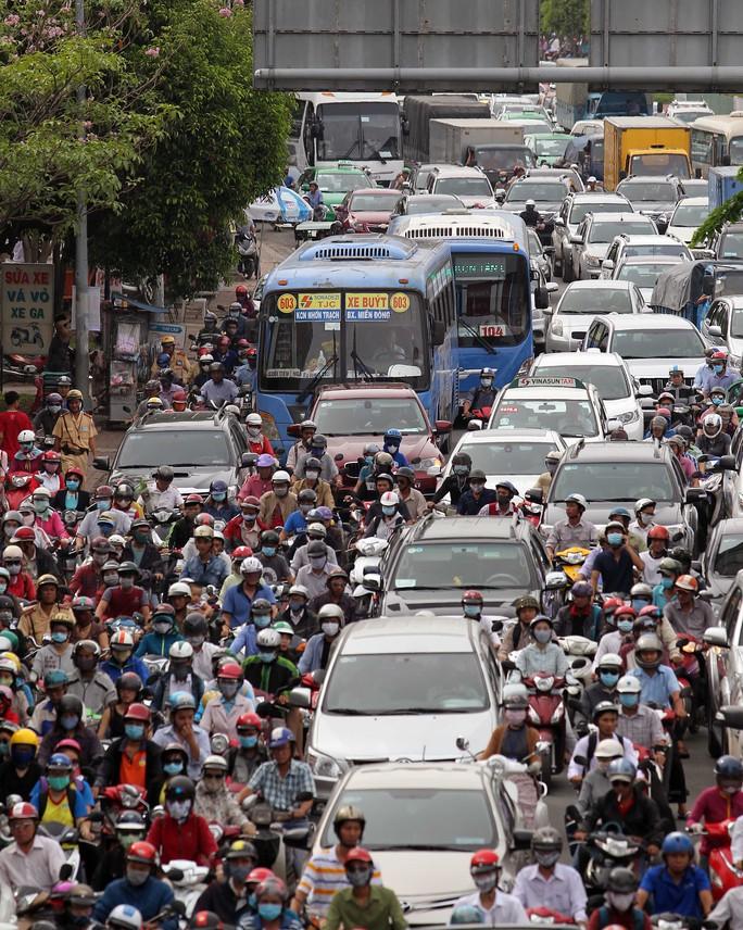 Cảnh kẹt xe trên đường Điện Biên Phủ sau vụ tai nạn (Ảnh: Hoàng Triều)