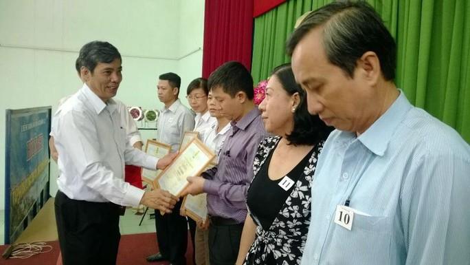 Ông Nguyễn Văn Khải, Phó Chủ tịch Thường trực LĐLĐ TP HCM trao bằng khen cho các tập thể xuất sắc tại quận 12, TP HCM