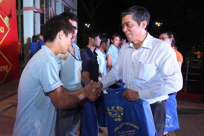 Ông Nguyễn Văn Khải, Phó Chủ tịch Thường trực LĐLĐ TP HCM, trao vé xe và quà Tết cho công nhân các KCX-KCN TP Ảnh: HOÀNG TRIỀU