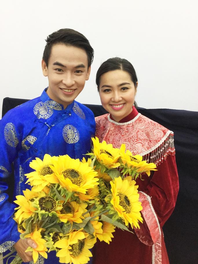 Lê Khánh và Huỳnh Quý trong một suất diễn. Ảnh: T.Hiệp