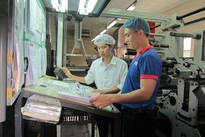Anh Lê Quốc Dũng, Công ty CP In nhãn hàng An Lạc thuộc Tổng Công ty Liksin (bìa trái) đoạt giải thưởng Tôn Đức Thắng năm 2015