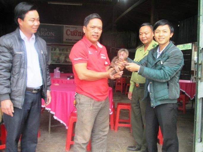 Ông Vũ Xuân Sang giao cá thể khỉ mặt đỏ cho Trung tâm Cứu hộ, bảo tồn và Phát triển sinh vật.