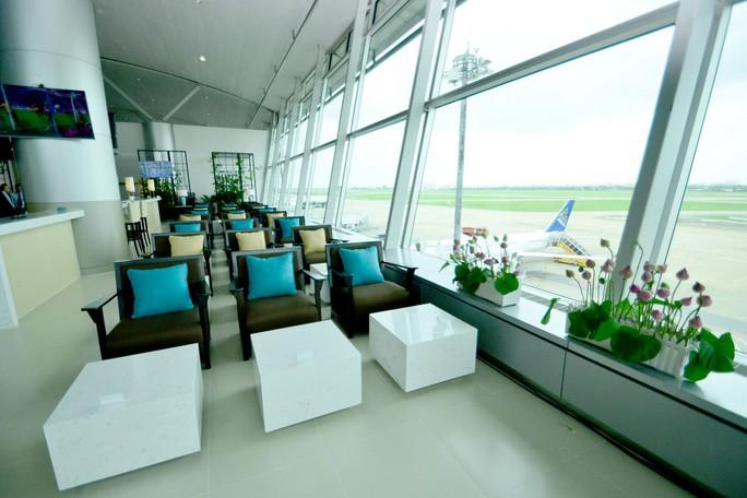 Khu cafe có tầm nhìn hướng ra đường băng sân bay Tân Sơn Nhất
