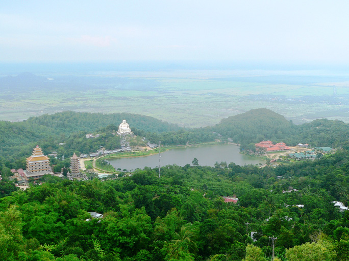 Khu vực trung tâm hành hương của núi Cấm.