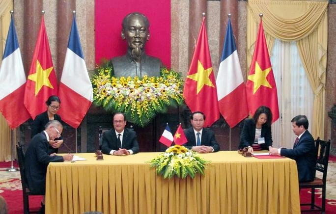 Chủ tịch nước Trần Đại Quang và Tổng thống Pháp Francois Hollande chứng kiến lễ ký văn kiện hợp tác Việt Nam-Pháp
