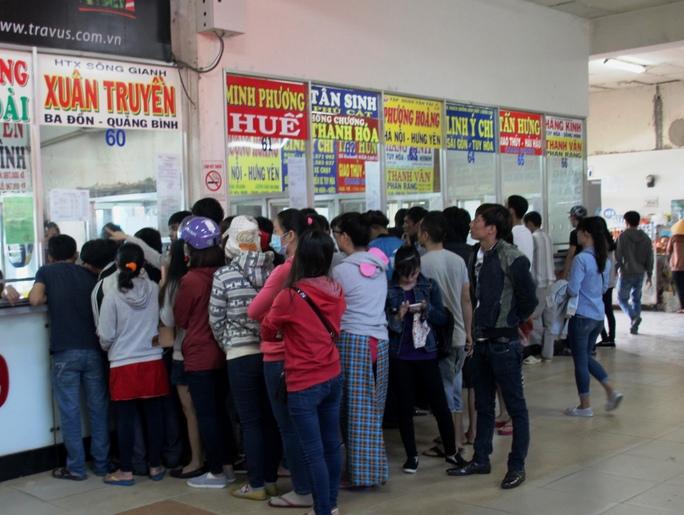 Hành khách mua vé tại Bến xe Miền Đông ngày 10-1