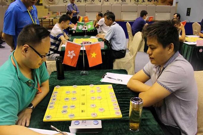 Lại Lý Huynh (phải) trong ván đấu với Trần Chấn Kiệt. Ảnh: Đinh Long