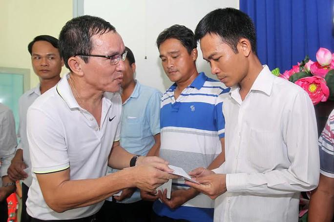 Ông Lâm Tấn Lợi, Giám đốc Công ty TNHH Sản xuất Duy Lợi, trao quà cho công nhân khó khăn tại huyện Nhà Bè, TP HCM Ảnh: HOÀNG TRIỀU