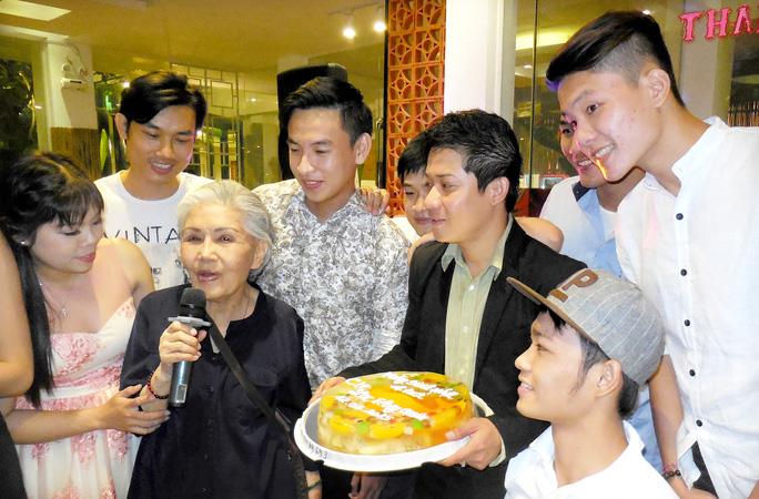 Sầu nữ Út Bạch Lan dặn dò các diễn viên trẻ trong ngày sinh nhật tuổi lên 5 của Lạc Long Quân