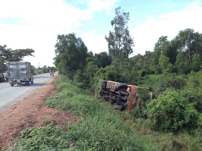 Xe khách BKS 62B – 00510, lưu thông trên Quốc lộ 62 bị lật nghiêng bên đường