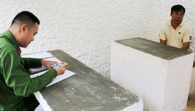 Công an tỉnh Lâm Đồng lấy lời khai trùm lâm tặc Lê Hồng Hà (48 tuổi, quê Nghệ An) để điều tra làm rõ.