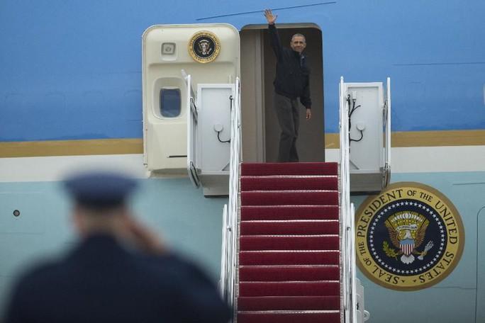 Tổng thống Obama lên chuyên cơ Air Force One, rời căn cứ không quân Andrews ở Mỹ vào chiều ngày 21-5 theo giờ Washington để bắt đầu chuyến công du Việt Nam - Ảnh: AP
