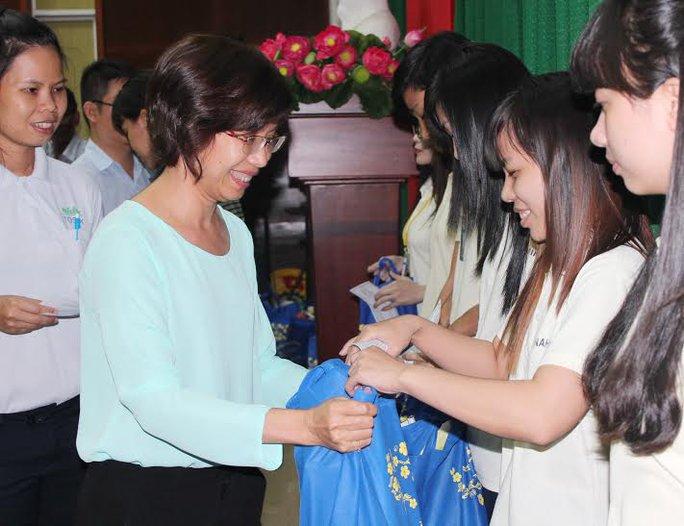 Bà Huỳnh Thị Ngọc Liên, Trưởng ban Nữ công LĐLĐ TP trao vé xe và quà cho công nhân các KCX-KCN