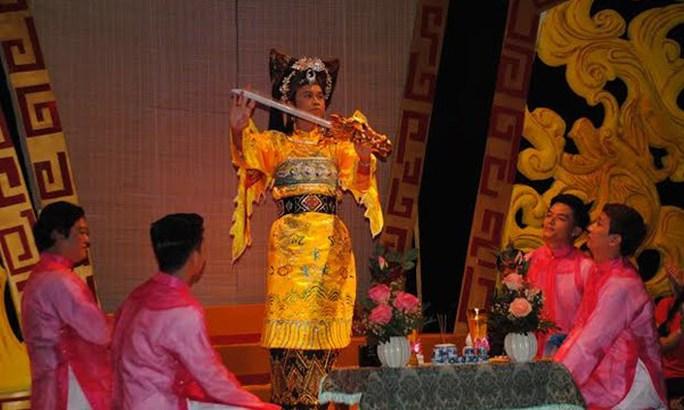 NS Hoài Linh hát Chầu Văn trong vở kịch Gió hoàng cung của đạo diễn Công Triển