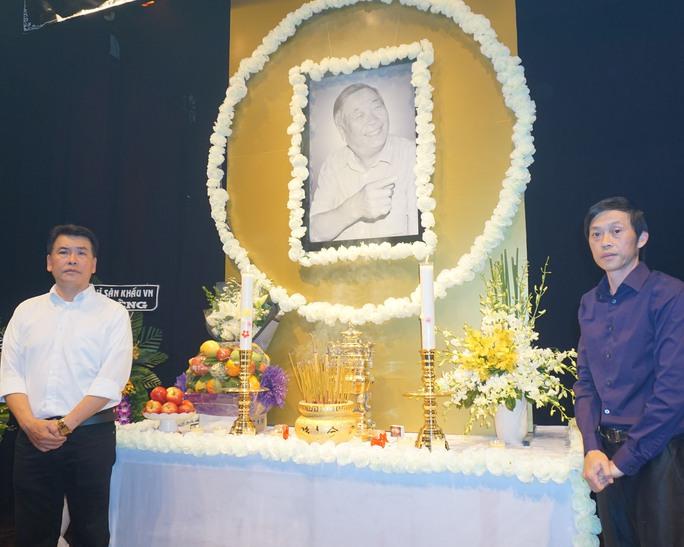 NS Hữu Nghĩa và NSƯT Hoài Linh bên di ảnh của thầy Đoàn Bá