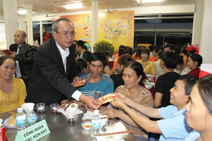 Ông Nguyễn Hòa, Chủ tịch LĐLĐ tỉnh Khánh Hòa, lì xì Tết cho công nhân