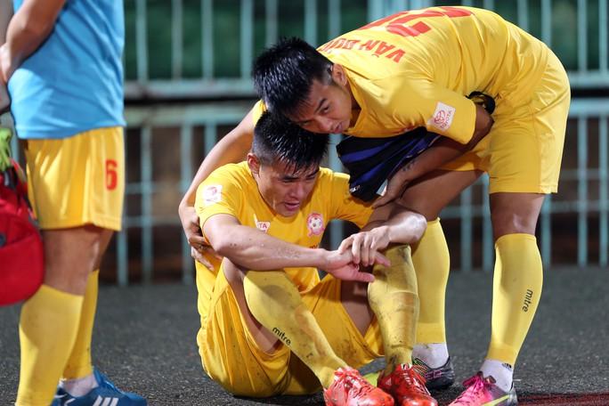 Khi biết Văn Quyết (Hà Nội T&T) ghi bàn ở phút 90 giúp Hà Nội T&T giữ vững ngôi đầu bảng, nhiều cầu thủ Hải Phòng đã không cầm được nước mắt