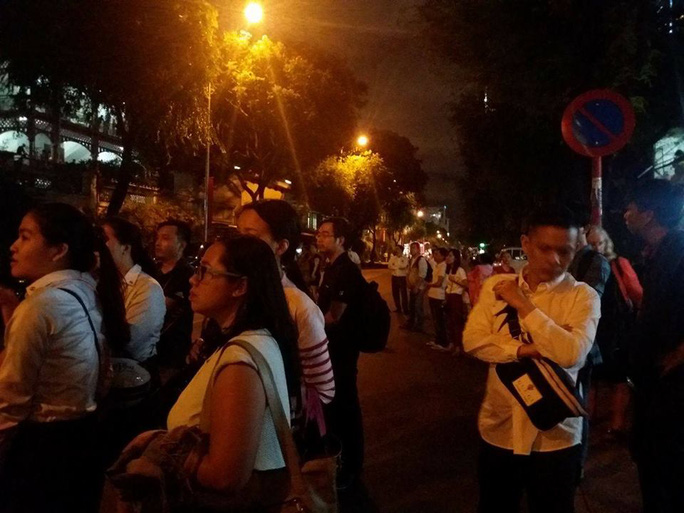Người dân đang đợi bên ngoài khách sạn. Ảnh: Lê Phong