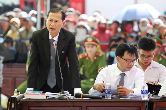 Luật sư Lê Văn Nam trong phiên tòa sơ thẩm vụ thảm sát Bình Phước - Ảnh: H.Triều